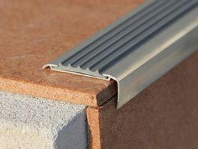 Алюминиевый уголок с резиновой вставкой АУ50 серый
