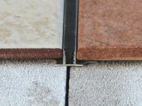 Закладной межшовный профиль под плитку T черный
